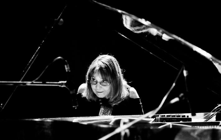 Rita Marcotulli (piano), María Pía De Vito (voz), Israel Varela (batería).
